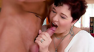 Classy mature camgirl with hairy vagina getting wet